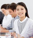 Lächelnde Geschäftsgruppe in einer Reihe Stockbilder