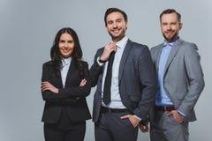 lächelnde Geschäftskollegen, die Kamera betrachten stockfotos