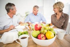 Lächelnde Geschäftskollegen, die zusammen zu Mittag essen Lizenzfreies Stockfoto