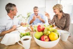 Lächelnde Geschäftskollegen, die zusammen zu Mittag essen Stockfoto