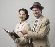Lächelnde Geschäftsleute der Weinlese stockbilder