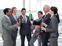 Lächelnde Geschäftsleute, die einen Erfolg feiern stockbild