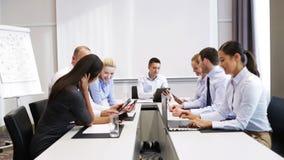 Lächelnde Geschäftsleute, die im Büro sich treffen stock video