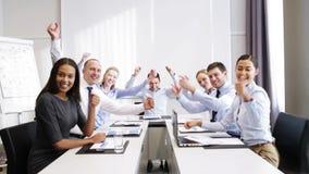 Lächelnde Geschäftsleute, die im Büro sich treffen stock footage
