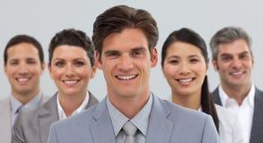 Lächelnde Geschäftsleute, die Verschiedenartigkeit zeigen Stockfotos