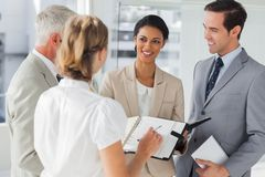 Lächelnde Geschäftsleute Sprechstundenvereinbarung Lizenzfreie Stockfotografie