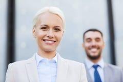 Lächelnde Geschäftsmänner draußen Stockfoto