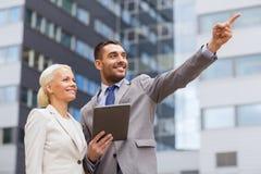 Lächelnde Geschäftsmänner mit Tabletten-PC draußen Lizenzfreies Stockfoto