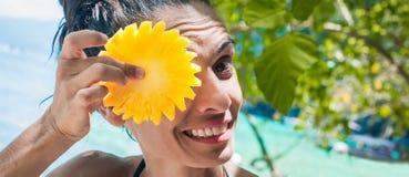 Lächelnde gesunde Frau im Badeanzug auf dem Strand mit Ananas Lizenzfreie Stockbilder