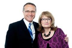 Lächelnde glückliche ältere Paaraufstellung Stockfotos