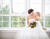Lächelnde glückliche Braut und eine Blume zuhause Stockbild