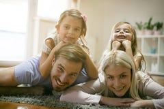 Lächelnde glückliche Familie Betrachten der Kamera lizenzfreie stockfotos