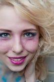 Lächelnde glückliche Frau Lippe-Glanz Zutreffen Blondes Haar Stockbilder
