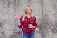 Lächelnde glückliche Frau mit dem blonden Haar gekleidet in der zufälligen Kleidung I lizenzfreies stockbild