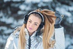 Lächelnde glückliche Frau in Wintermärchen lizenzfreie stockfotos
