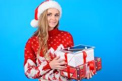 Lächelnde glückliche frohe attraktive junge Frau wartet auf Chris stockfotografie