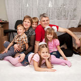 Lächelnde glückliche große Familie zu Hause. Stockbild