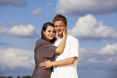 Lächelnde glückliche Jugendpaare Lizenzfreies Stockfoto