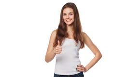 Lächelnde glückliche junge Frau, die sich Daumen, lokalisiert auf weißem Hintergrund zeigt Stockfoto