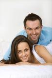 Lächelnde glückliche junge Paare Stockbild