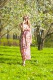 Lächelnde glückliche kaukasische blonde Frau in Forest Having ein Spaziergang Lizenzfreie Stockbilder