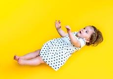 Lächelnde glückliche 8 Monate alte Baby Stockbild