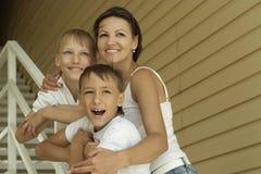 Lächelnde glückliche Mutter und Söhne stockbilder