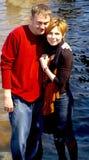 Lächelnde glückliche Paare stockfoto