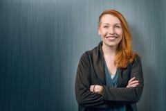 Lächelnde glückliche recht rote Hauptfrau Lizenzfreies Stockbild