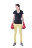 Lächelnde glückliche tragende rote Verpackenhandschuhe der Verpackeneignungfrau Stockfotografie