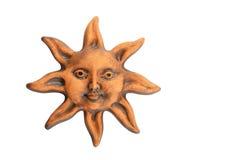 Lächelnde glasig-glänzende glückliche Gesichtsandenken der keramischen Sonne lokalisiert auf Weiß Lizenzfreie Stockfotografie