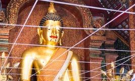 Lächelnde goldene Buddha-Statue Stockfotos