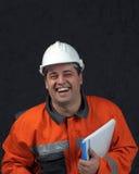 Lächelnde Grubenarbeitskraft mit Datei lizenzfreies stockfoto