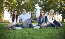 Lächelnde Gruppe attraktive Kursteilnehmer Stockbild