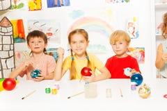 Lächelnde Gruppe Kinder, die Bälle des neuen Jahres malen Lizenzfreie Stockfotografie