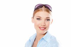 Lächelnde hübsche Frau in der Bluse, die Kamera betrachtet Stockfotografie