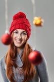 Lächelnde hübsche Frau in Gray Suit und in der roten Mütze Lizenzfreies Stockbild