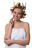 Lächelnde hübsche Frau mit Haarlockenwicklern lizenzfreie stockbilder