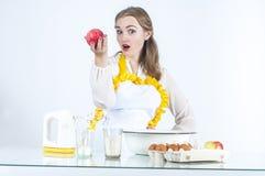 Lächelnde Hauswirtschaftsleiterin mit Äpfeln Stockfotografie