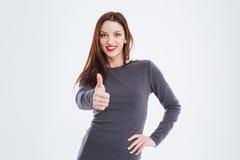 Lächelnde herrliche Frau mit den roten Lippen, die sich Daumen zeigen Lizenzfreies Stockbild