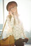 Lächelnde Hippie-Frau, die einen Telefonanruf hat Stockbild