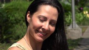 Lächelnde hispanische Frau auf Bürgersteig stock footage
