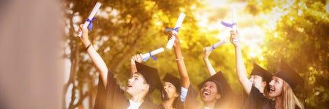 Lächelnde Hochschule für Aufbaustudien scherzt Stellung mit Gradrolle im Campus stockfotos
