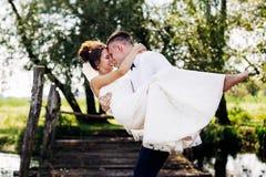 Lächelnde Hochzeits-Paare Stockfoto