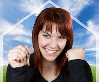 Lächelnde Holdingtasten des erfolgreichen Mädchens Stockfoto