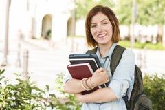 Lächelnde jugendlich Studentin Outside mit Büchern Lizenzfreies Stockfoto
