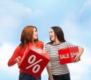 Lächelnde Jugendliche mit Prozent- und Verkaufszeichen Stockbild