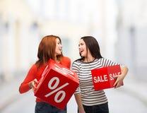 Lächelnde Jugendliche mit Prozent- und Verkaufszeichen Lizenzfreie Stockfotos