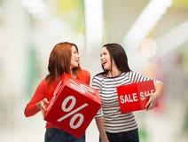 Lächelnde Jugendliche mit Prozent- und Verkaufszeichen Lizenzfreies Stockbild