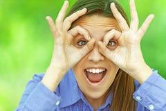 Lächelnde Jugendliche zeigt Gläser Lizenzfreies Stockbild